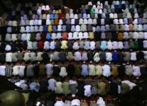 shalat-berjamaah-di-sebuah-masjid-di-amerika-serikat